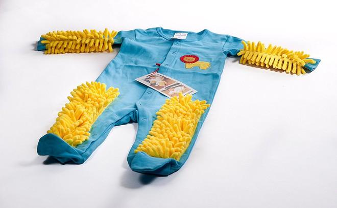 Chẳng cần dọn nhà nhiều, sàn vẫn có thể sạch bong tóc rụng nhờ bộ quần áo cho trẻ tập bò lạ mắt này - Ảnh 1.