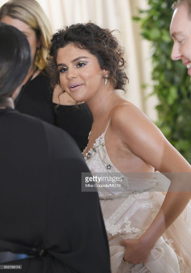 Cận cảnh vẻ kém sắc của Selena Gomez tại Met Gala: Vừa béo vừa nhợt nhạt thua xa các mỹ nhân khác - Ảnh 2.