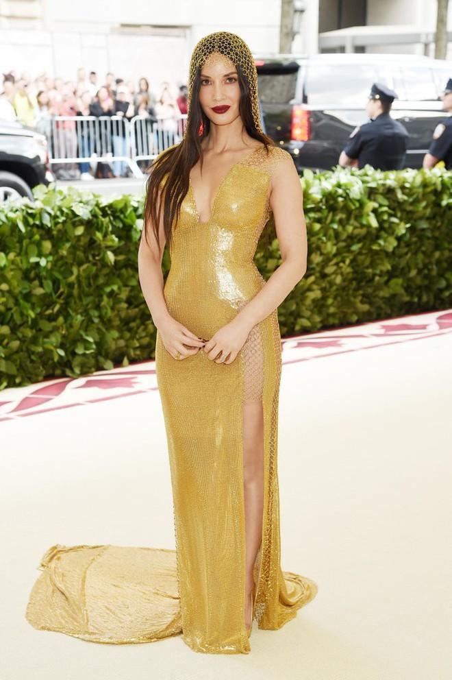 Giữa một rừng trang phục lồng lộn, 5 người đẹp diện váy của H&M trông cũng chẳng hề kém lộng lẫy - Ảnh 1.