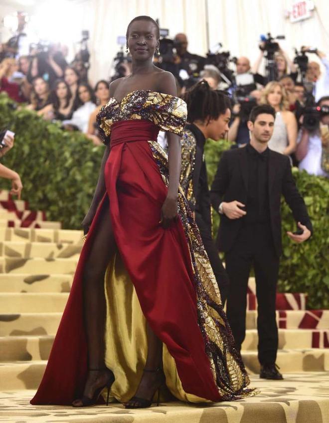 Giữa một rừng trang phục lồng lộn, 5 người đẹp diện váy của H&M trông cũng chẳng hề kém lộng lẫy - Ảnh 13.