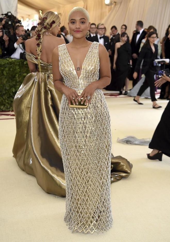 Giữa một rừng trang phục lồng lộn, 5 người đẹp diện váy của H&M trông cũng chẳng hề kém lộng lẫy - Ảnh 15.