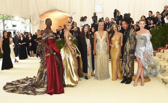 Giữa một rừng trang phục lồng lộn, 5 người đẹp diện váy của H&M trông cũng chẳng hề kém lộng lẫy - Ảnh 20.