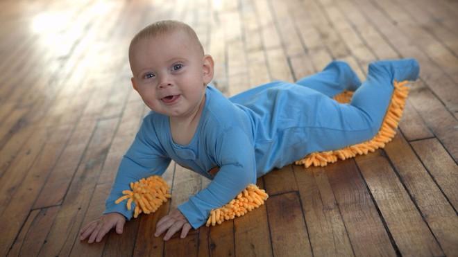Chẳng cần dọn nhà nhiều, sàn vẫn có thể sạch bong tóc rụng nhờ bộ quần áo cho trẻ tập bò lạ mắt này - Ảnh 4.