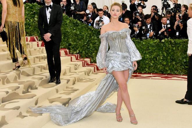 Giữa một rừng trang phục lồng lộn, 5 người đẹp diện váy của H&M trông cũng chẳng hề kém lộng lẫy - Ảnh 5.