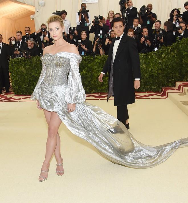 Giữa một rừng trang phục lồng lộn, 5 người đẹp diện váy của H&M trông cũng chẳng hề kém lộng lẫy - Ảnh 8.
