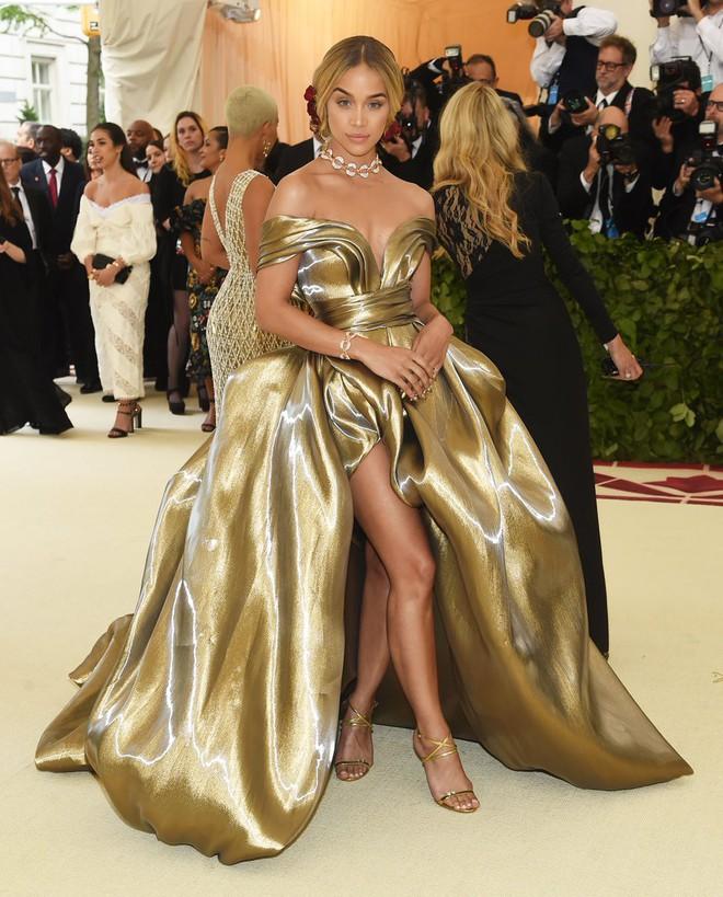 Giữa một rừng trang phục lồng lộn, 5 người đẹp diện váy của H&M trông cũng chẳng hề kém lộng lẫy - Ảnh 9.