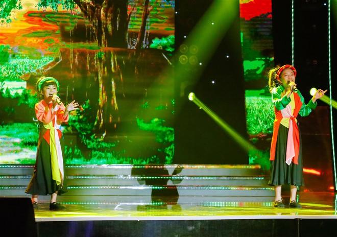 Khả Như – Ngô Kiến Huy rưng rưng nước mắt khi nghe 2 cô bé này hát về mẹ - Ảnh 4.