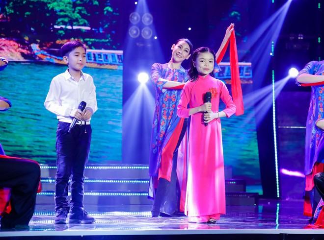 Khả Như – Ngô Kiến Huy rưng rưng nước mắt khi nghe 2 cô bé này hát về mẹ - Ảnh 9.
