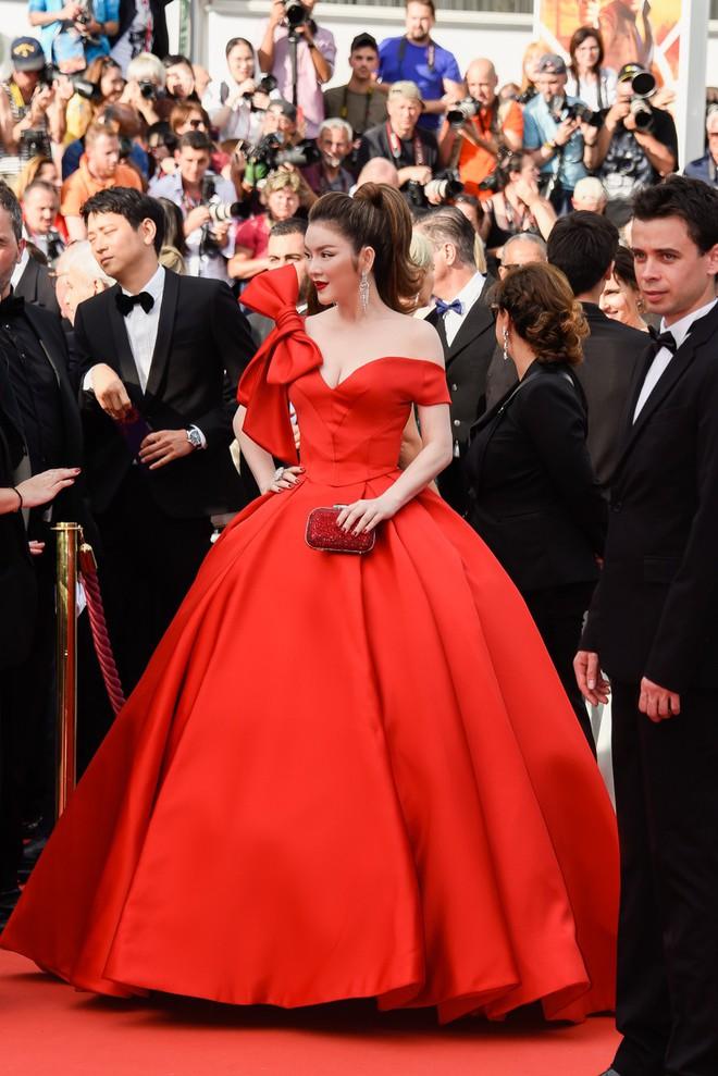 Đầm đỏ khoe vòng 1 hút mắt cùng đôi môi nhũ long lanh, Lý Nhã Kỳ chính là người đẹp nổi nhất thảm đỏ LHP Cannes 2018 - Ảnh 1.