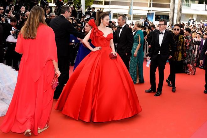 Đầm đỏ khoe vòng 1 hút mắt cùng đôi môi nhũ long lanh, Lý Nhã Kỳ chính là người đẹp nổi nhất thảm đỏ LHP Cannes 2018 - Ảnh 2.