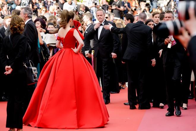 Đầm đỏ khoe vòng 1 hút mắt cùng đôi môi nhũ long lanh, Lý Nhã Kỳ chính là người đẹp nổi nhất thảm đỏ LHP Cannes 2018 - Ảnh 3.