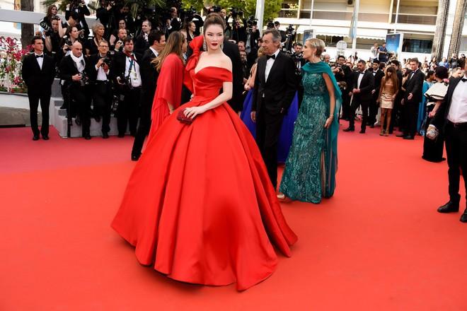 Đầm đỏ khoe vòng 1 hút mắt cùng đôi môi nhũ long lanh, Lý Nhã Kỳ chính là người đẹp nổi nhất thảm đỏ LHP Cannes 2018 - Ảnh 4.