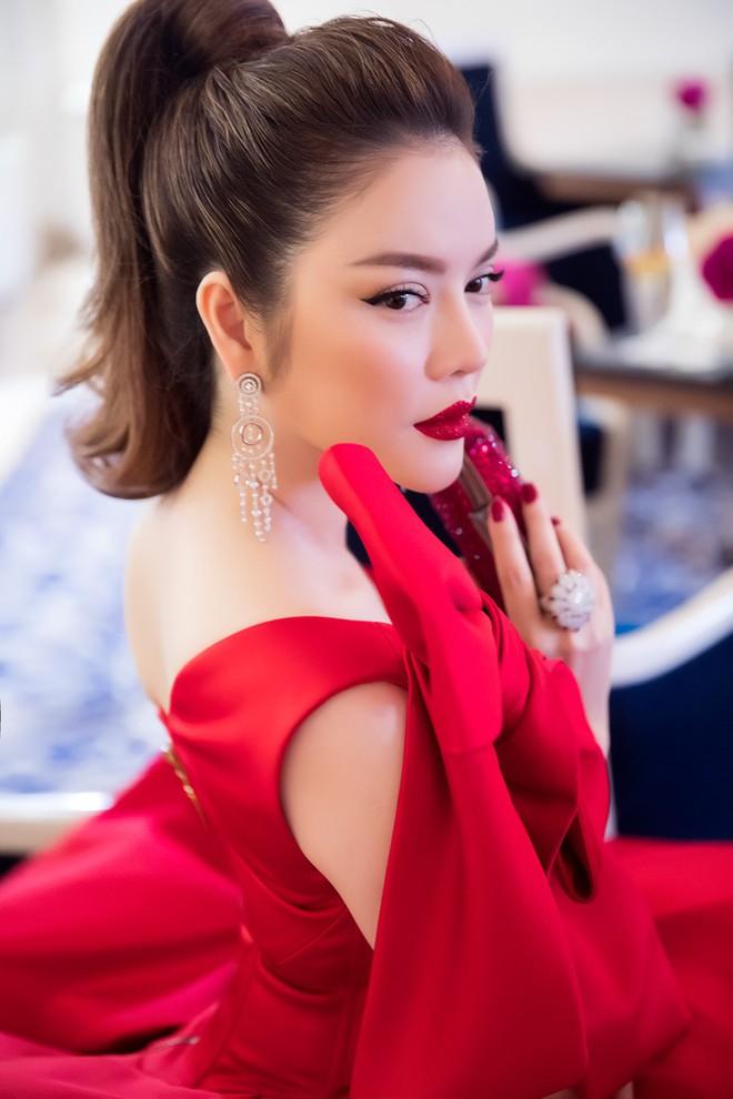 Đầm đỏ khoe vòng 1 hút mắt cùng đôi môi nhũ long lanh, Lý Nhã Kỳ chính là người đẹp nổi nhất thảm đỏ LHP Cannes 2018 - Ảnh 7.