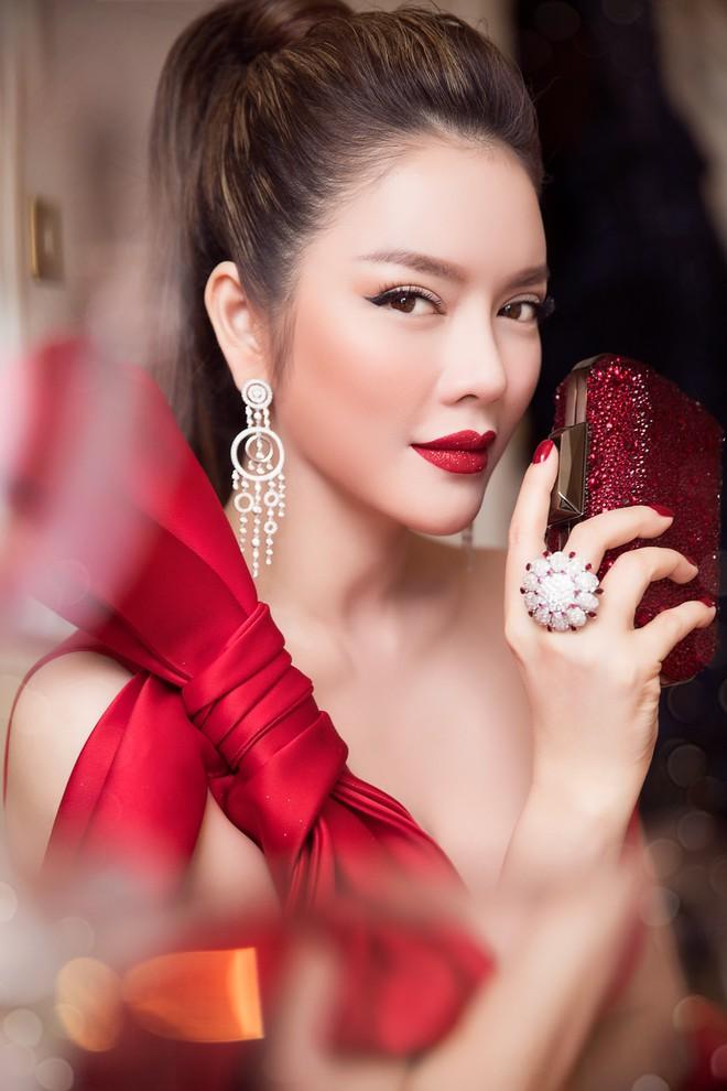 Đầm đỏ khoe vòng 1 hút mắt cùng đôi môi nhũ long lanh, Lý Nhã Kỳ chính là người đẹp nổi nhất thảm đỏ LHP Cannes 2018 - Ảnh 9.