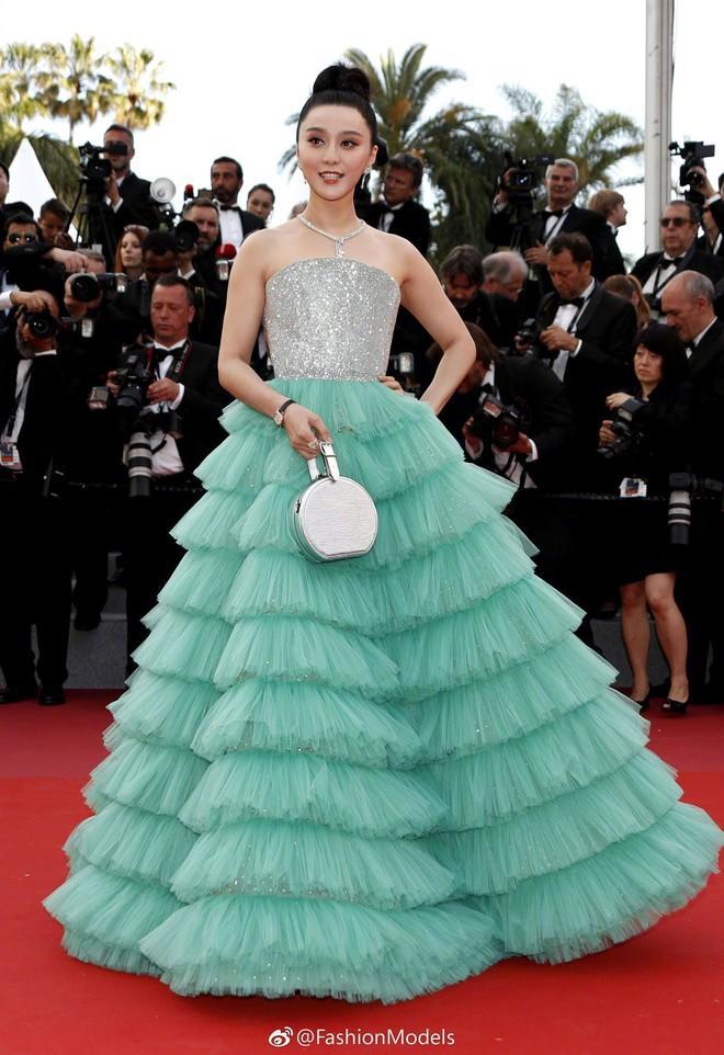 Diện váy xanh lên thảm đỏ Cannes, Phạm Băng Băng bị chê trông giống chổi nhựa - Ảnh 4.