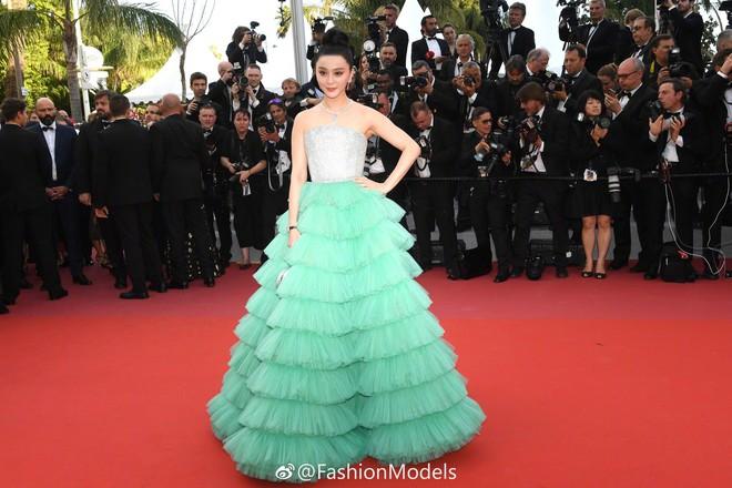Diện váy xanh lên thảm đỏ Cannes, Phạm Băng Băng bị chê trông giống chổi nhựa - Ảnh 1.