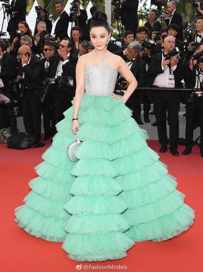 Diện váy xanh lên thảm đỏ Cannes, Phạm Băng Băng bị chê trông giống chổi nhựa - Ảnh 3.