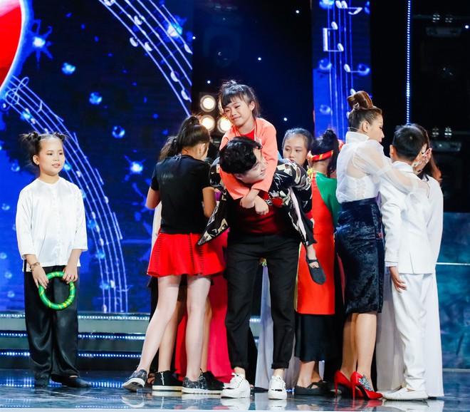 Khả Như – Ngô Kiến Huy rưng rưng nước mắt khi nghe 2 cô bé này hát về mẹ - Ảnh 10.