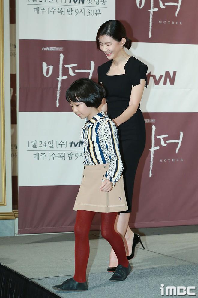 Cựu Hoa hậu Hàn Lee Bo Young đẹp quý phái bên con gái - Ảnh 6.