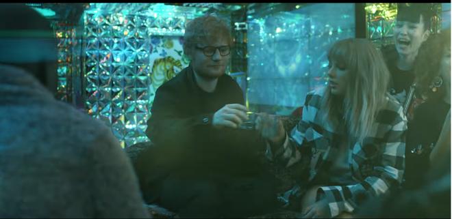 Ed Sheeran - Taylor Swift khiến fan ghen tị vì quá mức thân thiết trong MV mới - ảnh 2