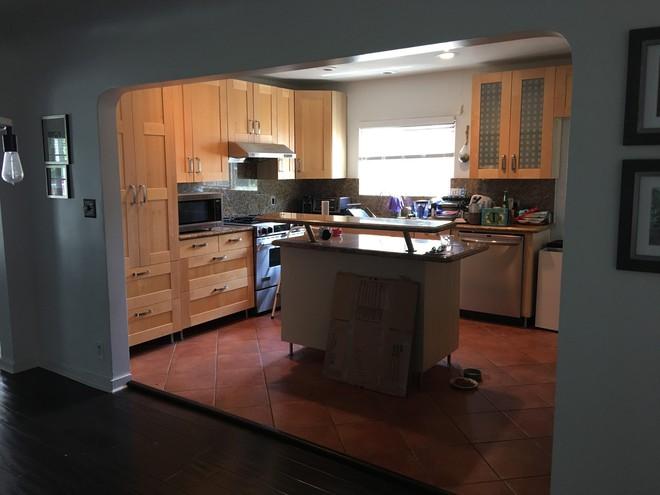 Ngắm phòng bếp này, bạn sẽ phải thừa nhận chọn đúng màu sắc sẽ tạo nên sự kỳ diệu - Ảnh 2.