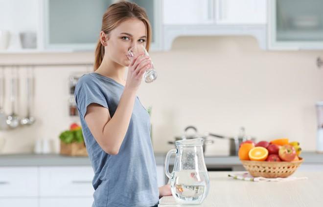 Bạn vẫn luôn uống nước ngay trước hoặc sau bữa ăn: Y học cổ truyền Ấn Độ nói gì về điều này? - Ảnh 3.