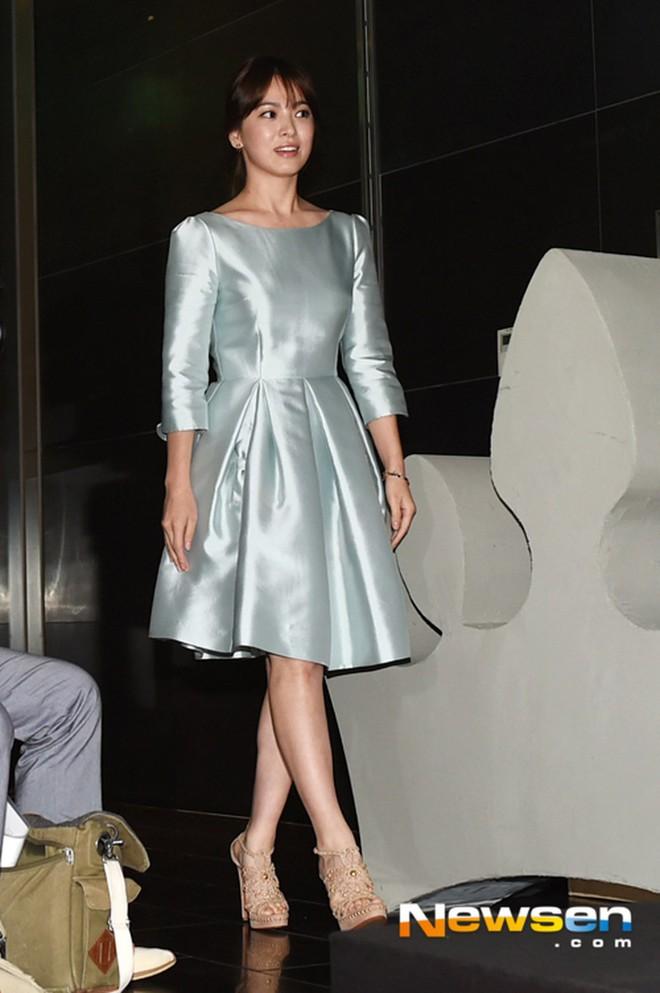 Sau bao nhiêu năm, Song Hye Kyo vẫn cứ mải miết diện một kiểu váy đơn giản - Ảnh 7.