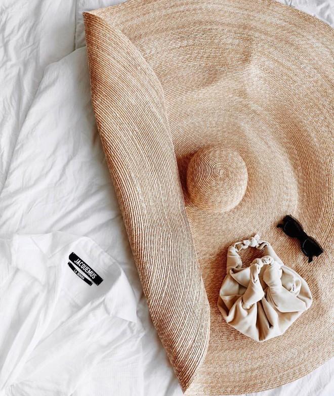 Chiếc mũ khổng lồ che nắng cho cả dòng họ của cô dâu Đan Mạch hóa ra đang là hot trend của giới fashionista hè này - Ảnh 4.