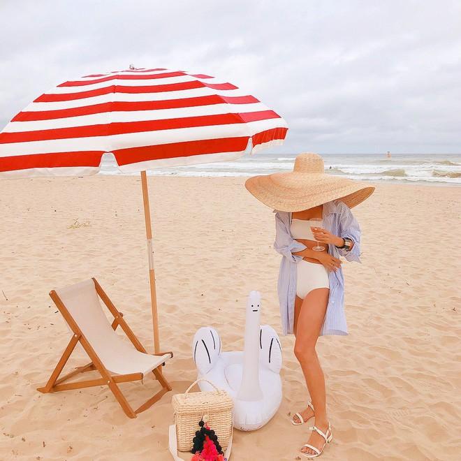 Chiếc mũ khổng lồ 'che nắng cho cả dòng họ' của cô dâu Đan Mạch hóa ra đang là hot trend của giới fashionista hè này 2