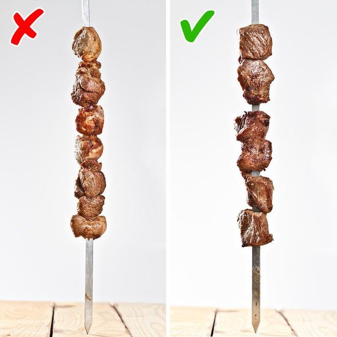 Nướng thịt mà cứ mắc những lỗi sai này thì muôn đời bạn không được thưởng thức xiên thịt nướng thơm ngon do chính tay mình làm - Ảnh 1.