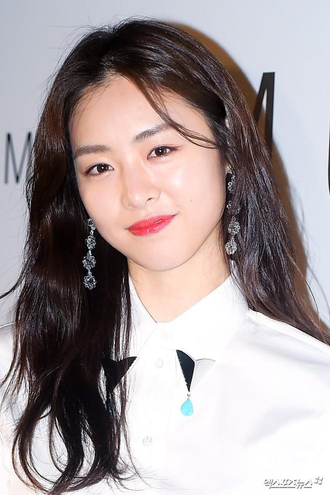 """Đây chắc chắn là đôi khuyên tai """"hot"""" nhất xứ Hàn lúc này vì đang được cả loạt sao cùng diện - Ảnh 5."""