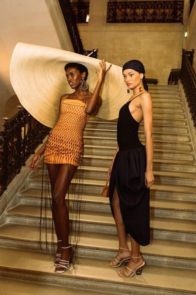 Chiếc mũ khổng lồ 'che nắng cho cả dòng họ' của cô dâu Đan Mạch hóa ra đang là hot trend của giới fashionista hè này 12