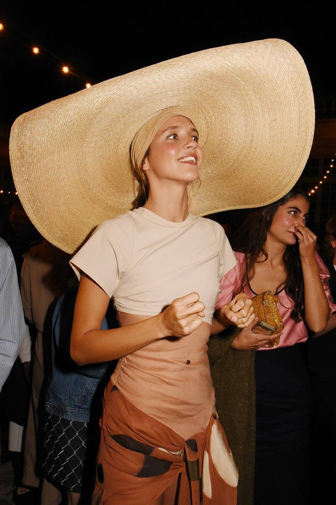 Chiếc mũ khổng lồ 'che nắng cho cả dòng họ' của cô dâu Đan Mạch hóa ra đang là hot trend của giới fashionista hè này 11