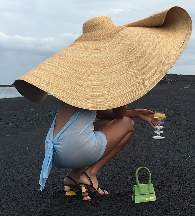 Chiếc mũ khổng lồ 'che nắng cho cả dòng họ' của cô dâu Đan Mạch hóa ra đang là hot trend của giới fashionista hè này 10