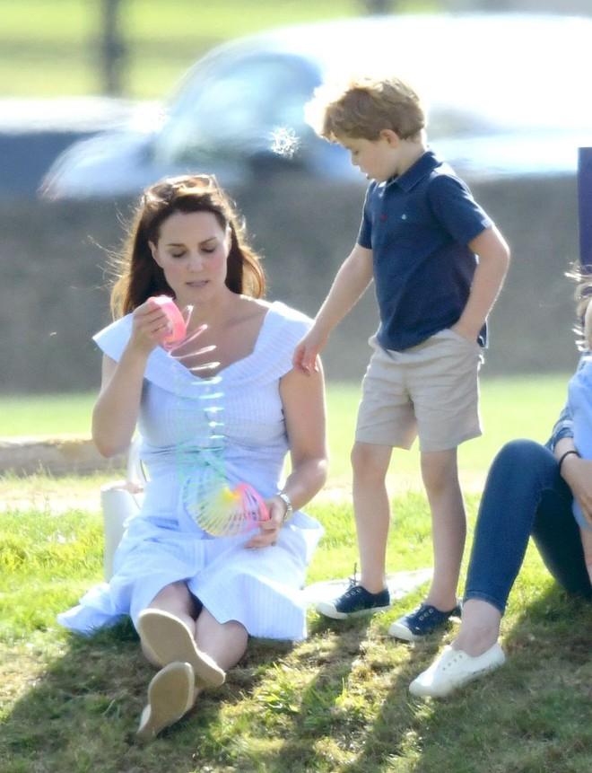 Công chúa Charlotte cũng như bao bé gái khác, mặc đồ bình dân rất xinh và tận dụng tối đa chiếc váy yêu thích - Ảnh 4.