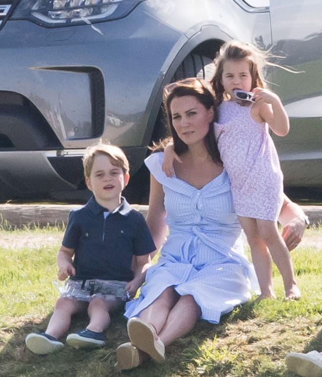 Công chúa Charlotte cũng như bao bé gái khác, mặc đồ bình dân rất xinh và tận dụng tối đa chiếc váy yêu thích - Ảnh 1.
