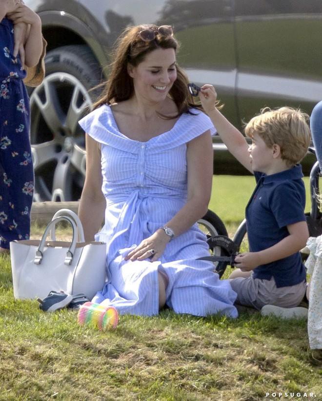 Công chúa Charlotte cũng như bao bé gái khác, mặc đồ bình dân rất xinh và tận dụng tối đa chiếc váy yêu thích - Ảnh 3.
