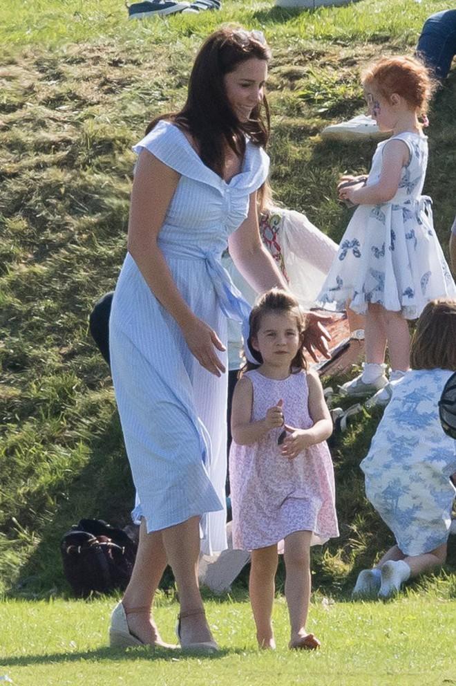 Công chúa Charlotte cũng như bao bé gái khác, mặc đồ bình dân rất xinh và tận dụng tối đa chiếc váy yêu thích - Ảnh 2.