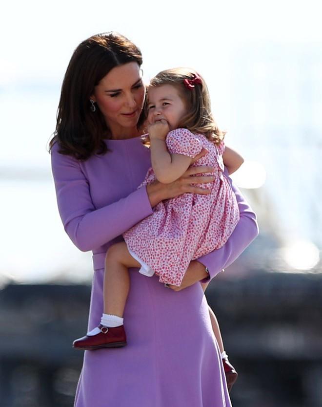Chùm ảnh: Không thể phủ nhận, Công nương Kate - Công chúa Charlotte chính là biểu tượng thời trang mẹ con ton-sur-ton đáng yêu nhất thế giới - Ảnh 4.