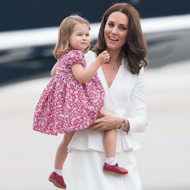 Chùm ảnh: Không thể phủ nhận, Công nương Kate - Công chúa Charlotte chính là biểu tượng thời trang mẹ con ton-sur-ton đáng yêu nhất thế giới - Ảnh 6.