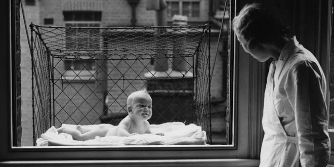 """Phát minh kỳ lạ nhất thế kỷ 20: Những chiếc lồng sắt """"phơi"""" trẻ em bên ngoài cửa sổ khiến nhiều người đứng tim - Ảnh 2."""