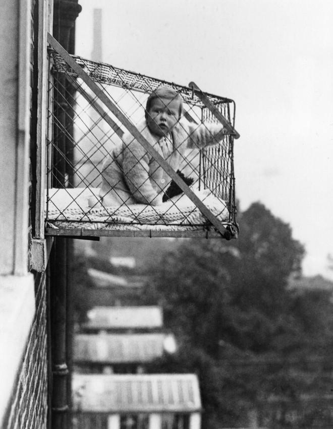 """Phát minh kỳ lạ nhất thế kỷ 20: Những chiếc lồng sắt """"phơi"""" trẻ em bên ngoài cửa sổ khiến nhiều người đứng tim - Ảnh 3."""