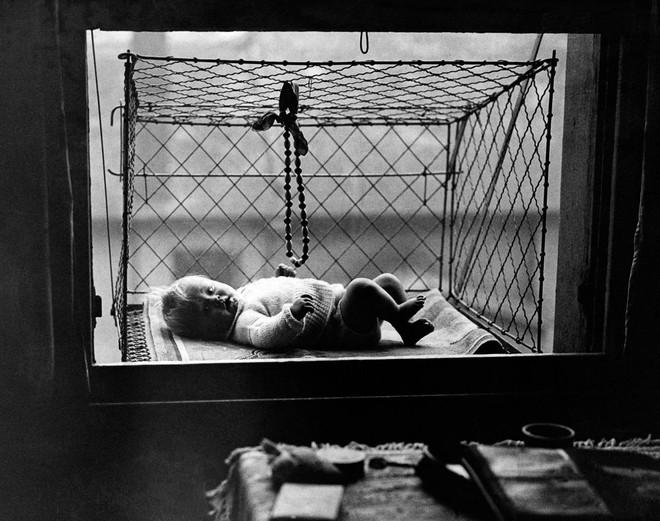 """Phát minh kỳ lạ nhất thế kỷ 20: Những chiếc lồng sắt """"phơi"""" trẻ em bên ngoài cửa sổ khiến nhiều người đứng tim - Ảnh 4."""