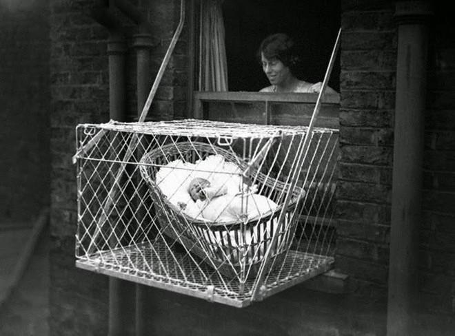"""Phát minh kỳ lạ nhất thế kỷ 20: Những chiếc lồng sắt """"phơi"""" trẻ em bên ngoài cửa sổ khiến nhiều người đứng tim - Ảnh 5."""