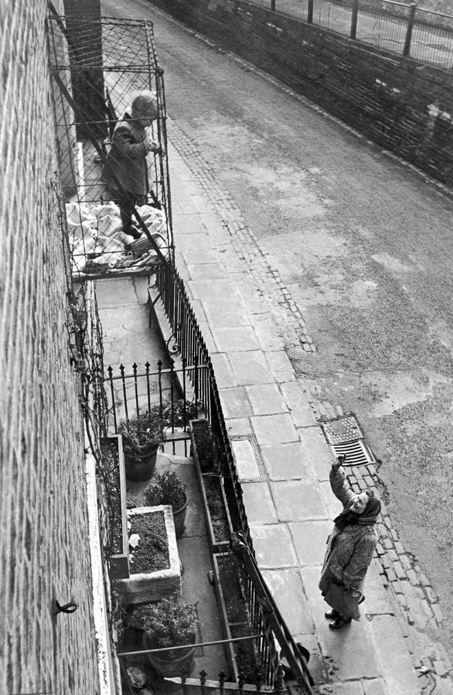 """Phát minh kỳ lạ nhất thế kỷ 20: Những chiếc lồng sắt """"phơi"""" trẻ em bên ngoài cửa sổ khiến nhiều người đứng tim - Ảnh 7."""