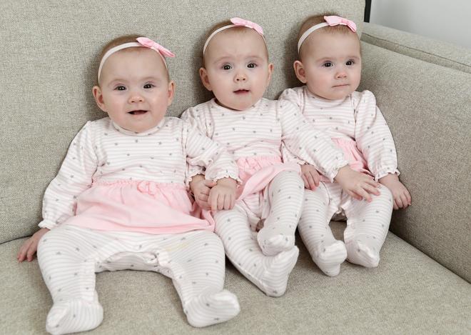 Sinh ba cô con gái giống hệt nhau, bố mẹ phải dùng màu sơn móng để phân biệt - Ảnh 5.