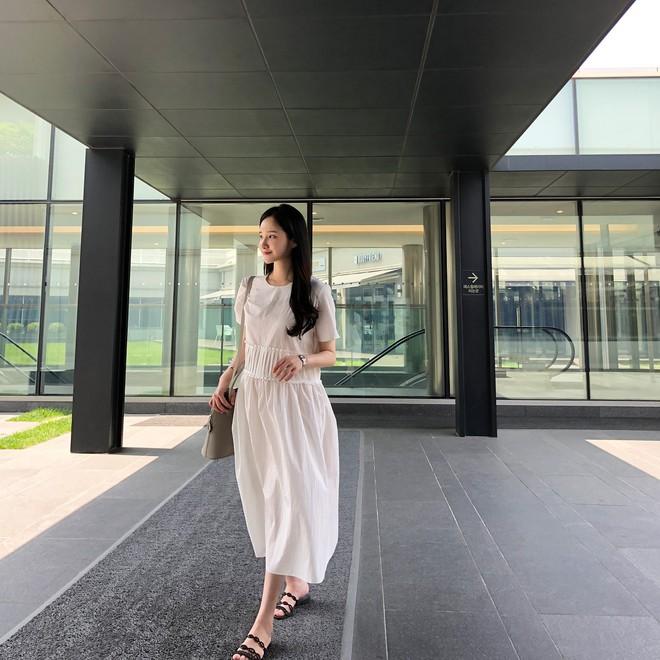 Chính ra càng diện đồ đơn giản lại càng đẹp, không tin bạn cứ ngắm loạt street style của các quý cô Châu Á tuần này - Ảnh 2.