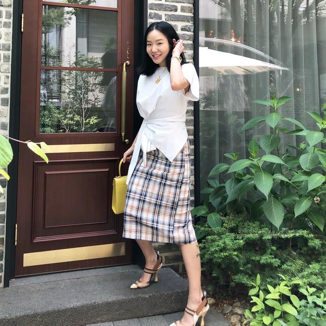 Chính ra càng diện đồ đơn giản lại càng đẹp, không tin bạn cứ ngắm loạt street style của các quý cô Châu Á tuần này - Ảnh 10.