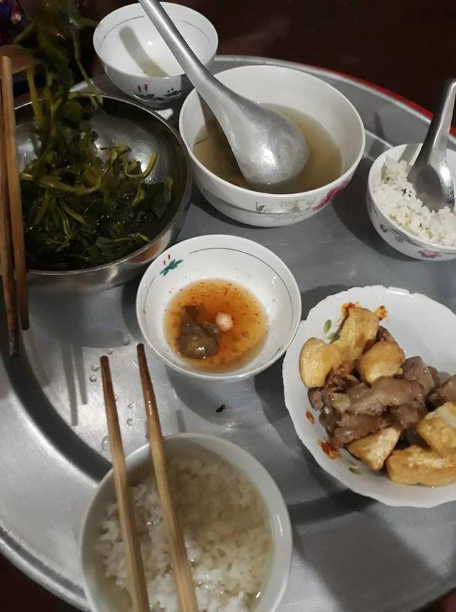 13 năm ăn cơm thiên hạ không bằng một bữa cơm nhà mẹ nấu - bức ảnh mâm cơm đạm bạc chạm vào trái tim hàng ngàn người - Ảnh 2.