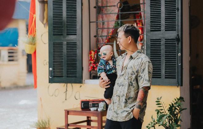 Chụp ảnh với con gái nhưng cư dân mạng lại cứ tưởng ông bố này tạo dáng cùng con trai vì biểu cảm siêu ngầu - Ảnh 3.